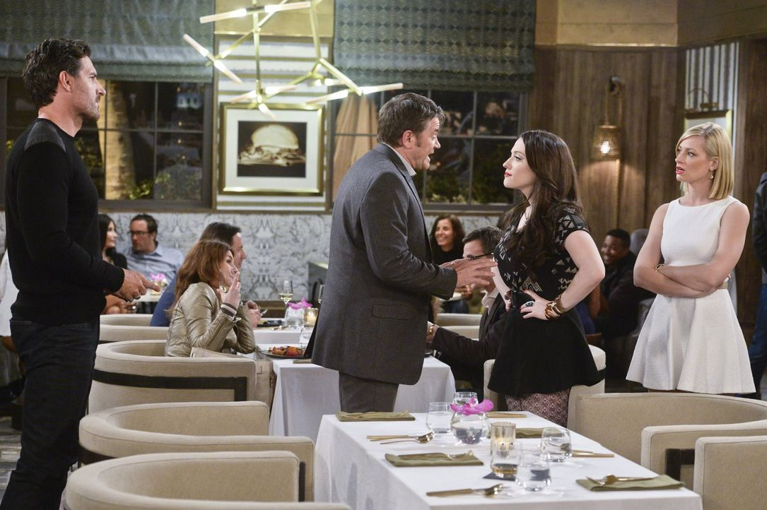 Kurz vor ihrer Abreise aus L.A. treffen sich Max (Kat Dennings, 2.v.r.) und Caroline (Beth Behrs, r.) mit Randy (Ed Quinn, l.). Das Dinner verläuft... - Bildquelle: 2016 Warner Brothers
