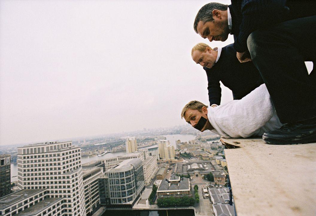 Aufgrund einer Verwechslung sind eine Bande skrupelloser Serben hinter ihm her: Daniel Craig (unten) ... - Bildquelle: 2004 Columbia Pictures Industries, Inc. All Rights Reserved.