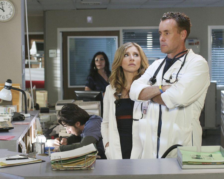 Dr. Cox (John C. McGingley, r.) und Elliot (Sarah Chalke, l.) suchen sich jeweils einen der Neulinge aus, mit dem sie an diesem Tag zusammenarbeiten... - Bildquelle: Touchstone Television