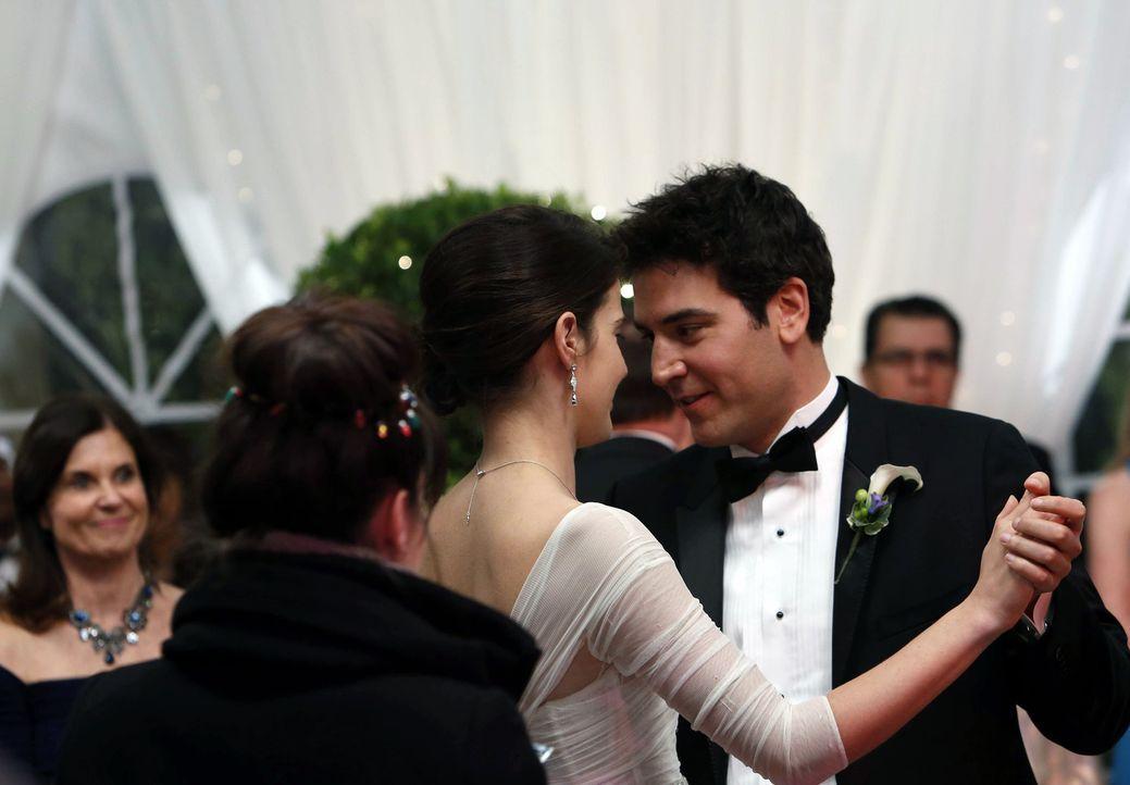 Fünf Monate später: Ted (Josh Radnor, r.) und Robin (Cobie Smulders, l.) sind glücklich, denn die Hochzeit verändert ihrer beider Leben ... - Bildquelle: 2013 Twentieth Century Fox Film Corporation. All rights reserved.