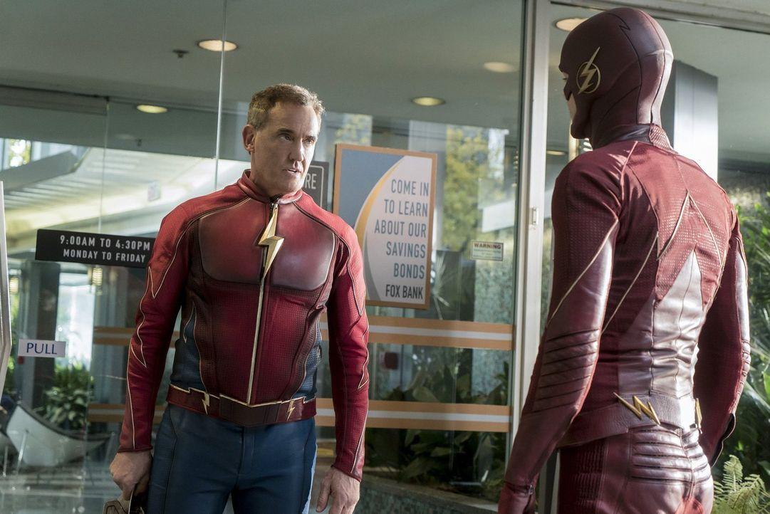 Barry alias The Flash (Grant Gustin, r.) reist zur Welt 3, um Jay Garrick alias Flash (John Wesley Shipp, l.) um Hilfe bei der Bekämpfung von Savita... - Bildquelle: 2016 Warner Bros.