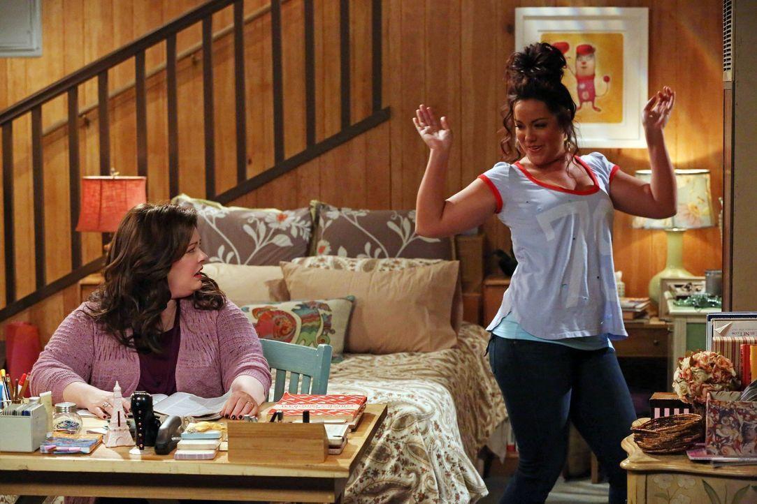 Molly (Melissa McCarthy, l.) begleitet ihre Schwester (Katy Mixon, r.) bei einem Spring Break Road Trip, während Mike durch Überstunden mehr Geld... - Bildquelle: Warner Brothers