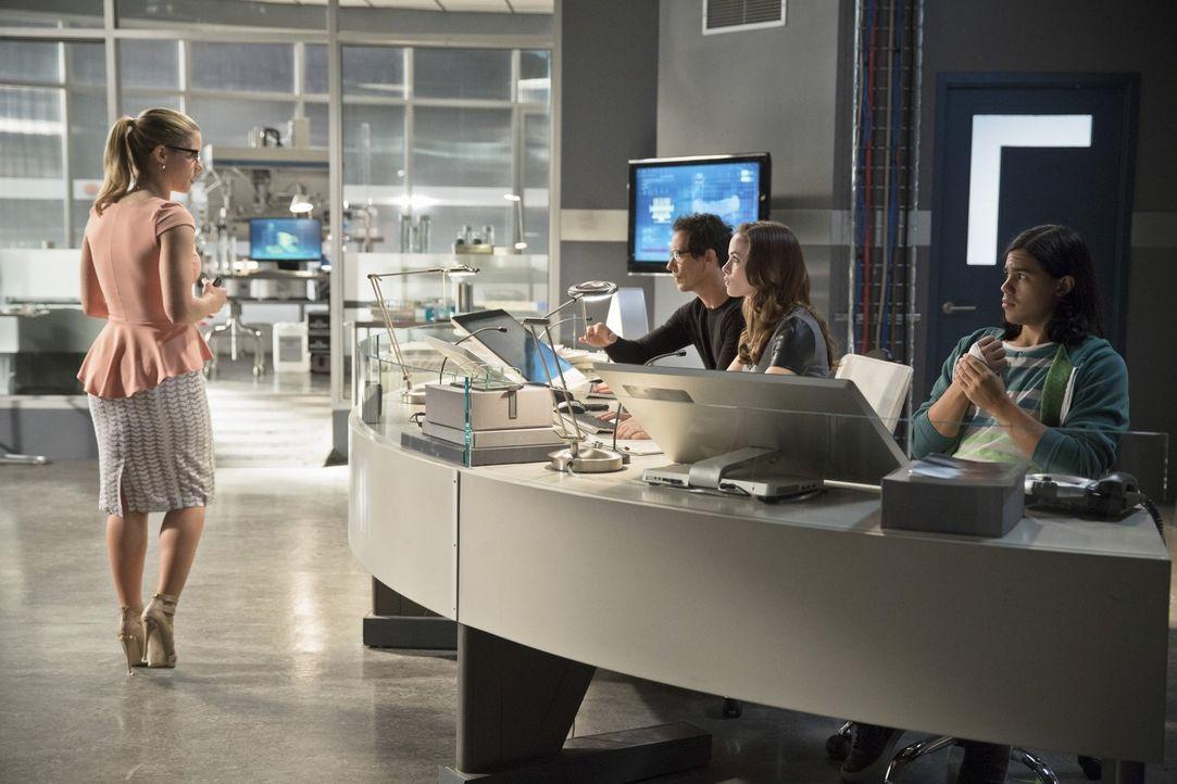 Während Dr. Wells (Tom Cavanaugh, 2.v.l.) der Meinung ist, dass Arrow einen schlechten Einfluss auf Barry ausübt, arbeiten Caitlin (Danielle Panabak... - Bildquelle: Warner Brothers.