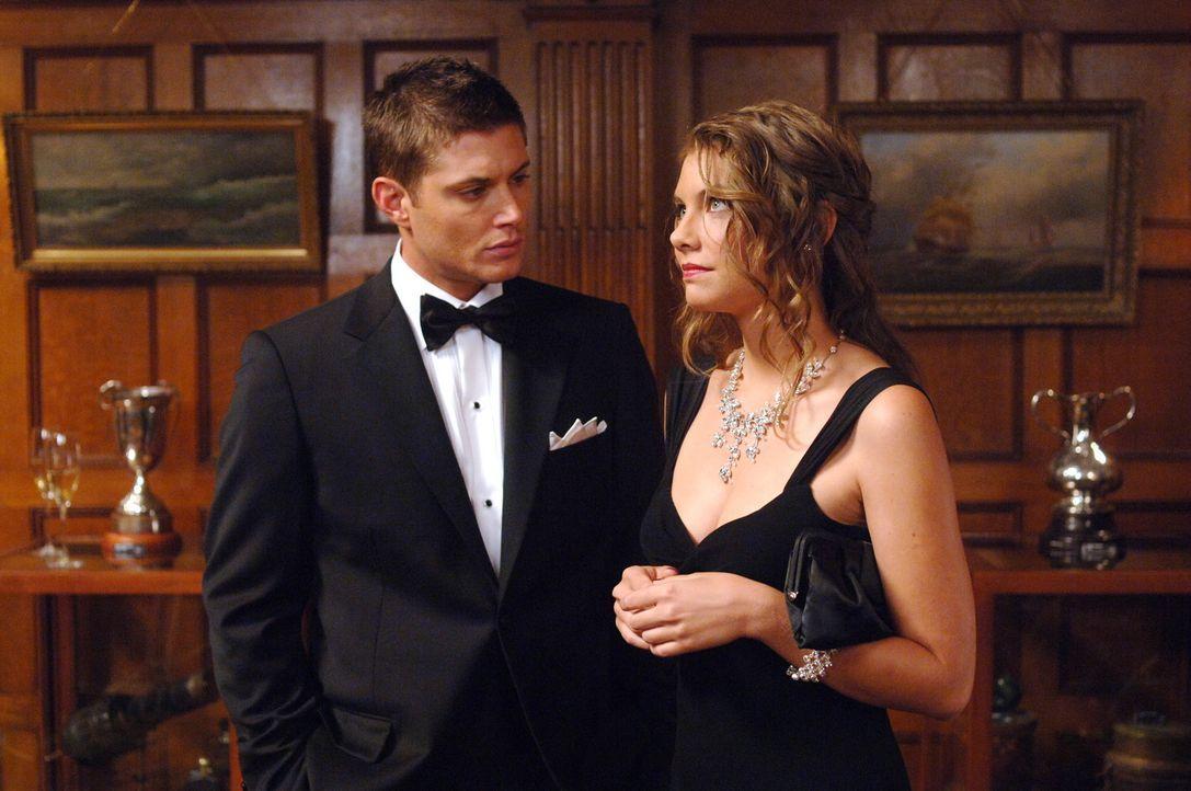 Bela (Lauren Cohan, r.) ist ebenfalls in der Stadt und versucht den Brüdern Sam und Dean (Jensen Ackles, l.) beim Lösen des Falles zu helfen. Doch... - Bildquelle: Warner Bros. Television