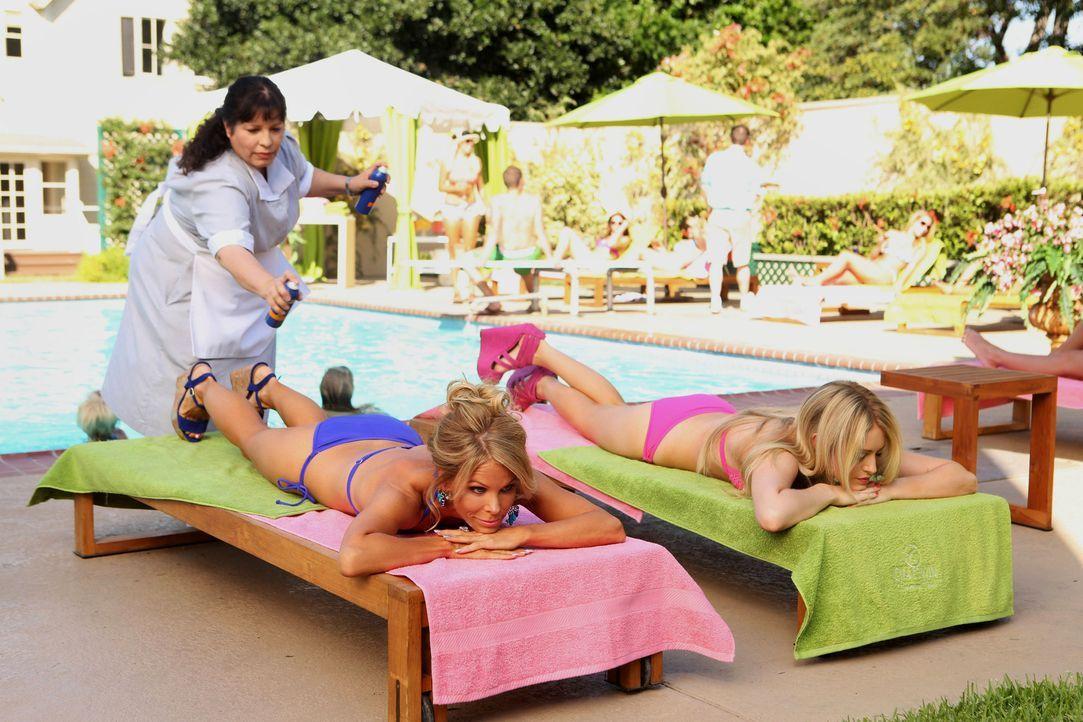 Ein Sommer in Chatswin: Dalles (Cheryl Hines, liegend l.), Dalia (Carly Chaikin, liegend r.) und Carmen (Bunnie Rivera, stehend) ... - Bildquelle: Warner Bros. Television