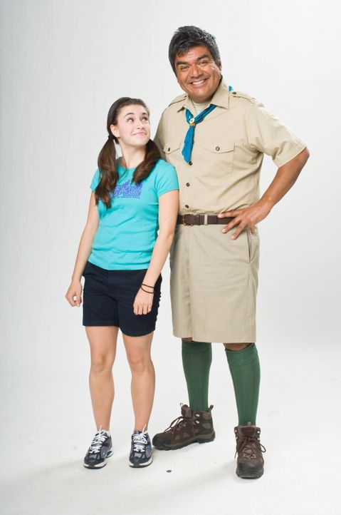 Weil keiner Zeit hat, muss sich Naomi (Daniela Bobadilla, l.) von ihrem Vater (George Lopez, r.) ins Sommercamp begleiten lassen. Zunächst bereitet... - Bildquelle: 2010 Warner Brothers