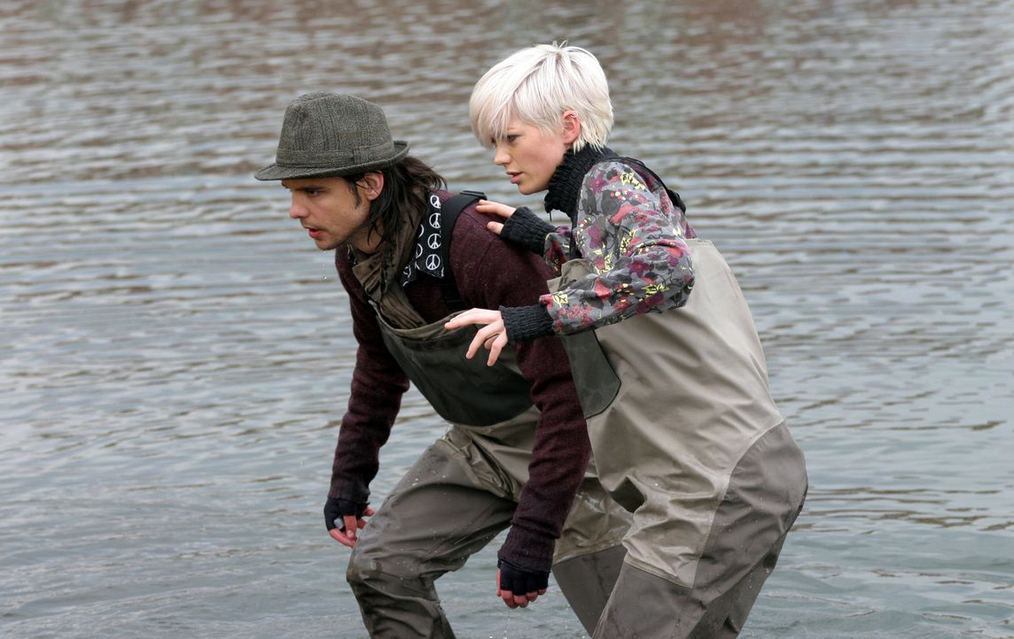 Connor (Andrew Lee Potts, l.) und Abby (Hannah Spearritt, r.) versuchen herauszufinden, woher die krokodilähnliche Riesenkreatur herkommt .. - Bildquelle: ITV Plc