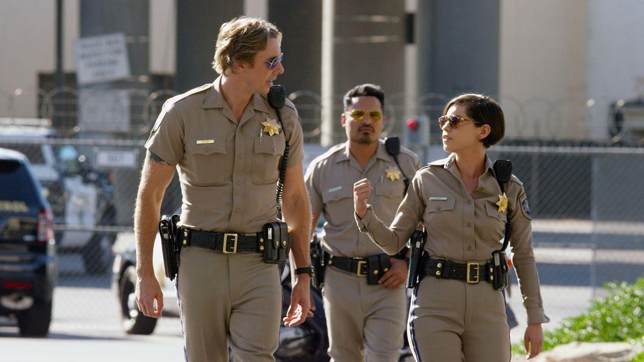 "(v.l.n.r.) Jon Baker (Dax Shepard); Frank ""Ponch"" Poncherello (Michael Peña); Ava (Rosa Salazar) - Bildquelle: Warner Bros."