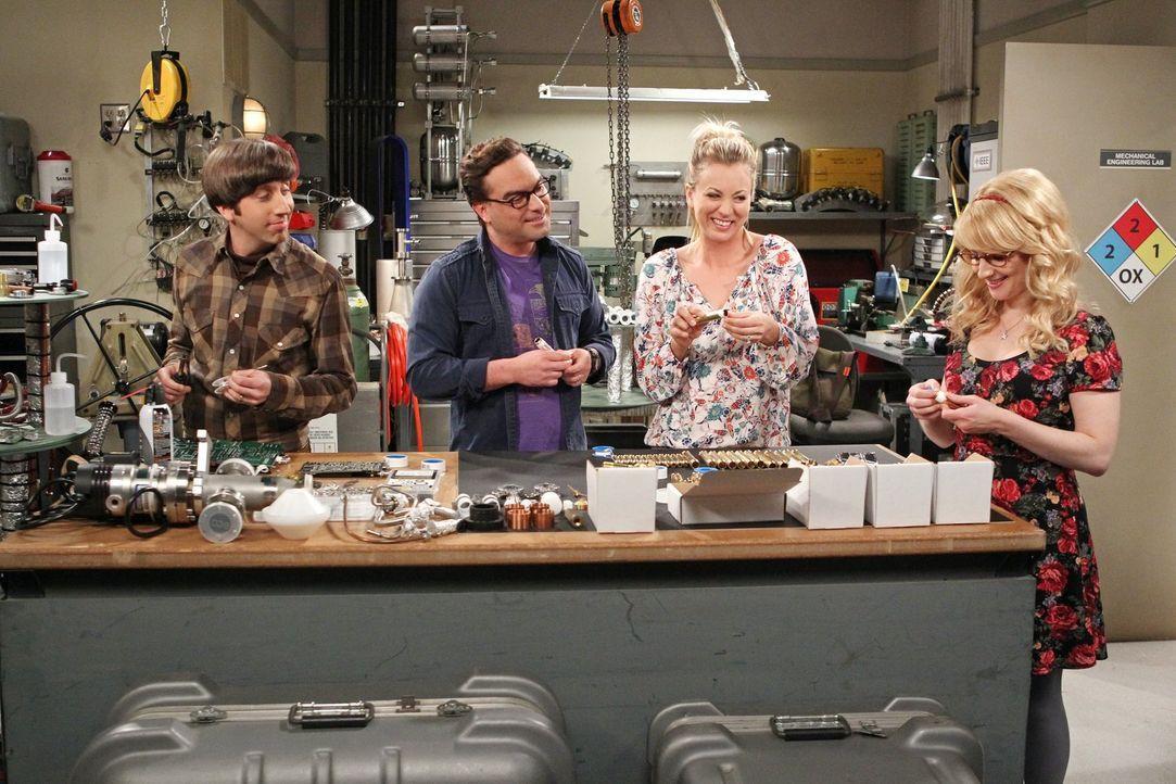 Während Penny (Kaley Cuoco, 2.v.r.) und Bernadette (Melissa Rauch, r.) Howard (Simon Helberg, l.) und Leonard (Johnny Galecki, 2.v.l.) bei ihrer Erf... - Bildquelle: 2016 Warner Brothers