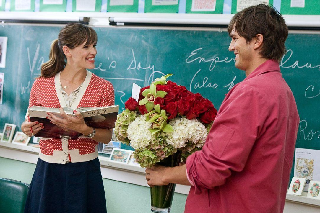 Eine besondere Blumenbestellung macht Reed Bennett (Ashton Kutcher, r.) aufmerksam, doch kann er seine gute Freundin Julia (Jennifer Garner, l.) dav... - Bildquelle: 2010 Warner Bros.