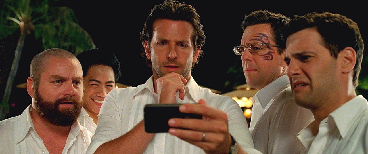 Erschreckende Bilder von der ungeplanten Junggesellenparty warten auf (v.l.n.r.) Alan (Zach Galifianakis), Teddy (Mason Lee), Phil (Bradley Cooper),... - Bildquelle: Warner Brothers