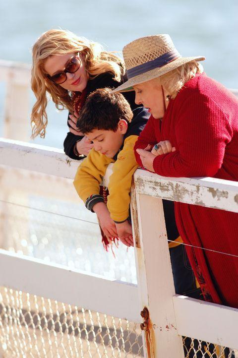 Gemeinsam mit Großtante Marie (Doris Roberts, r.) und Julia (Poppy Montgomery, l.) hat Waylon (Jeremy Bergman, M.) ein chaotisches, aber ziemlich f... - Bildquelle: Sony Pictures Television International. All Rights Reserved.