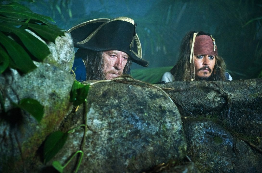 Während Jack Sparrow (Johnny Depp, r.) seine Jugendliebe Angelica vor dem eigenen Vater beschützen will, ist Hector Barbossa (Geoffrey Rush, l.) nur... - Bildquelle: Peter Mountain WALT DISNEY PICTURES/JERRY BRUCKHEIMER FILMS.  All rights reserved