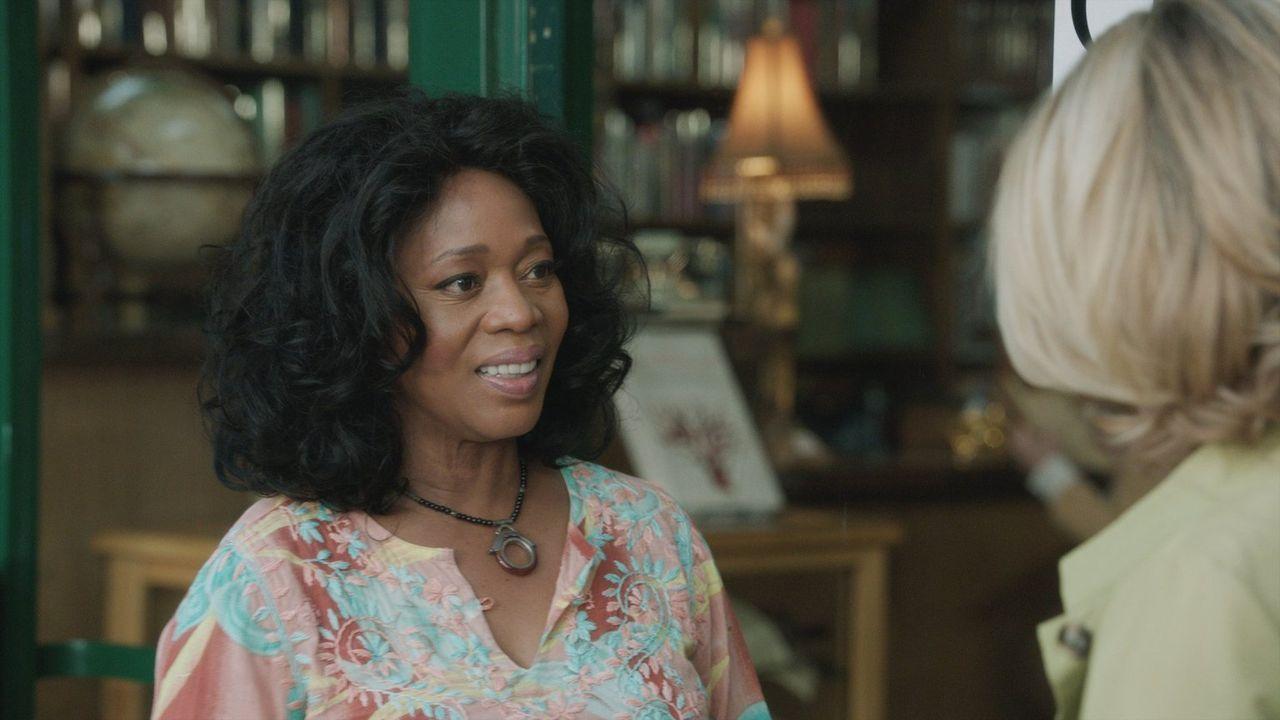 Als Evelyn (Alfre Woodard) probiert Mia und John zu helfen, ahnt sie nicht, welchen Preis sie dafür bezahlen muss ... - Bildquelle: 2014 Warner Brothers