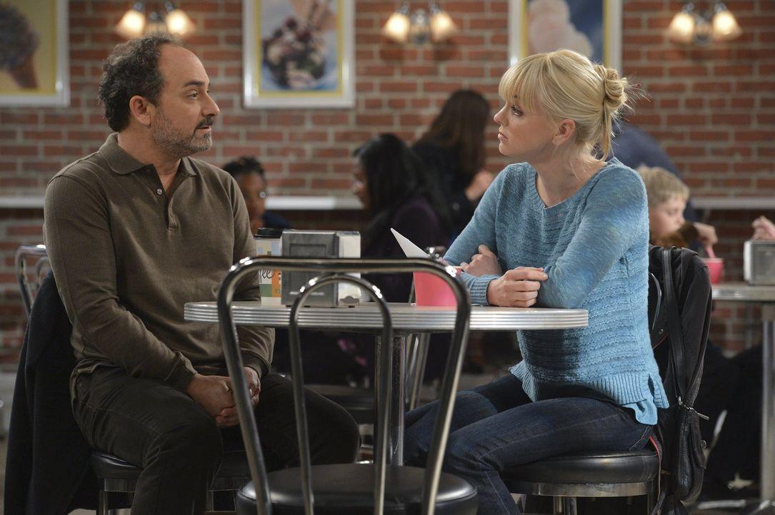 Christy (Anna Faris, r.) ist glücklich, endlich ihrem Vater Alvin (Kevin Pollak, l.) gegenüberzusitzen. Einige schmerzhafte Wahrheiten kommen allerd... - Bildquelle: Warner Brothers Entertainment Inc.