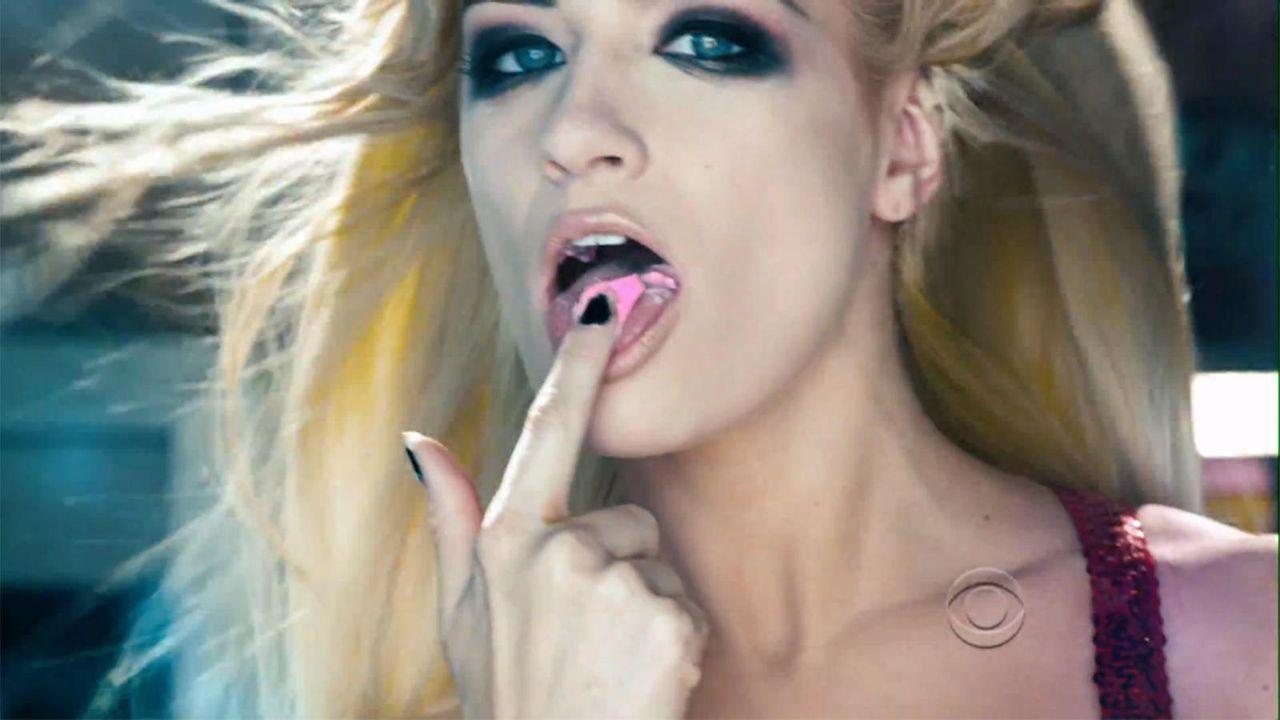 bild-2-broke-girls-super-bowl-sexy-strip-poledance-kat-dennings-beth-behrs-3-cbsjpg 1600 x 900 - Bildquelle: CBS