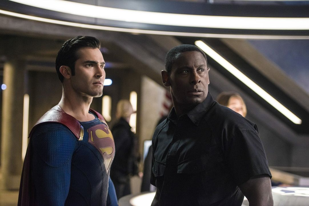 Als plötzlich eine ernstzunehmende Drohung von Cadmus das DEO erreicht, beschließen Hank (David Harewood, r.) und Clark alias Superman (Tyler Hoechl... - Bildquelle: 2016 Warner Bros. Entertainment, Inc.