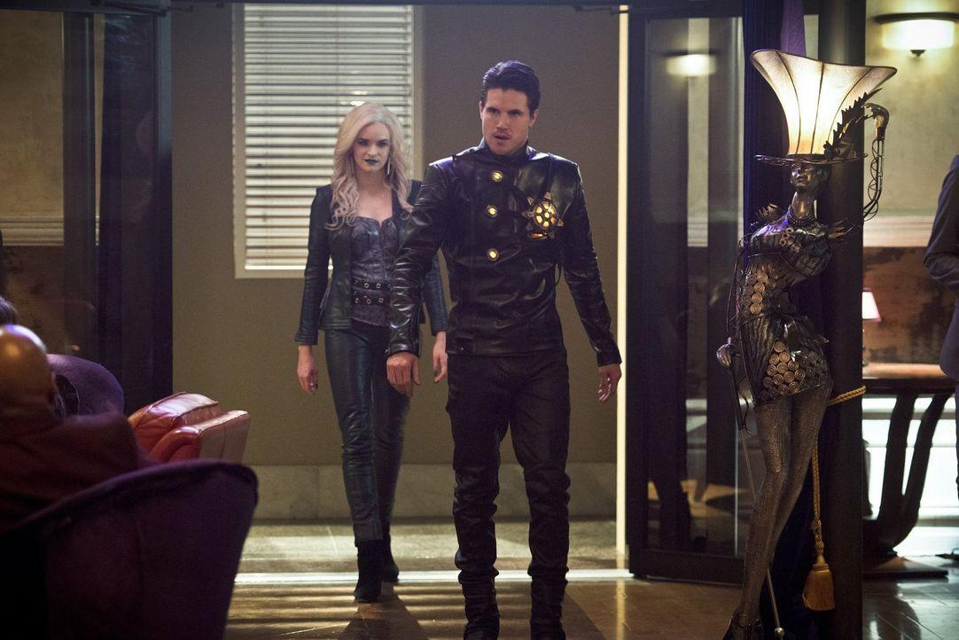 Caitlin alias Killer Frost (Danielle Panabaker, l.) und Ronnie alias Deathstorm (Robbie Amell, r.) machen sich auf der zweiten Erde auf die Suche na... - Bildquelle: Warner Bros. Entertainment, Inc.