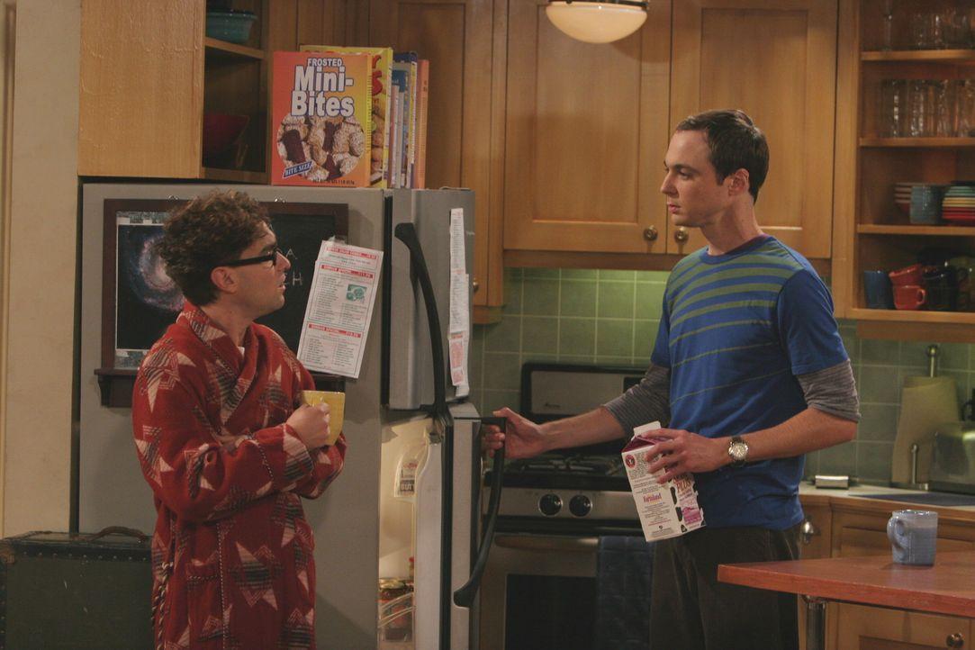 Nach der nächtlichen Aufräumaktion von Sheldon (Jim Parsons, r.) ist Penny stinksauer. Leonard (Johnny Galecki, l.), der sich in Penny verliebt ha... - Bildquelle: Warner Bros. Television