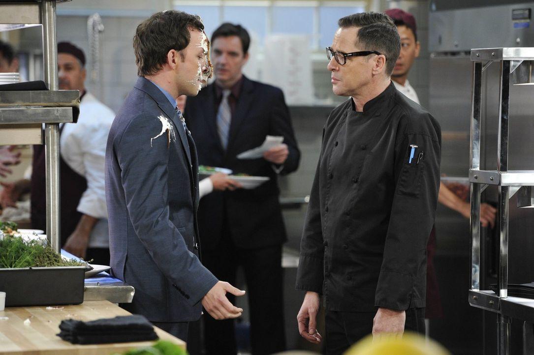 Zoff in der Küche: Zwischen Gabriel (Nate Corddry, l.) und Koch Rudy (French Stewart, r.) fliegen mal wieder die Fetzen ... - Bildquelle: Warner Brothers Entertainment Inc.