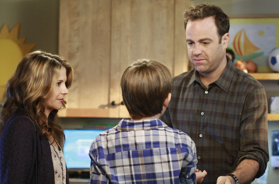 Cooper (Paul Adelstein, r.) erlebt die Überraschung seines Lebens, als Erica (A.J. Langer, l.) und Mason (Griffin Gluck, M.) plötzlich in der Prax... - Bildquelle: ABC Studios