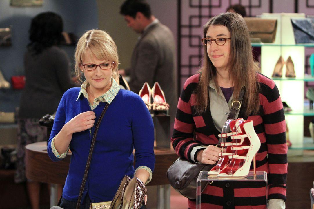 Beim Shoppen erfahren Amy (Mayim Bialik, r.) und Penny, dass Bernadette (Melissa Rauch, l.) und Howard von Priya und Leonard zum Essen eingeladen wu... - Bildquelle: Warner Bros. Television
