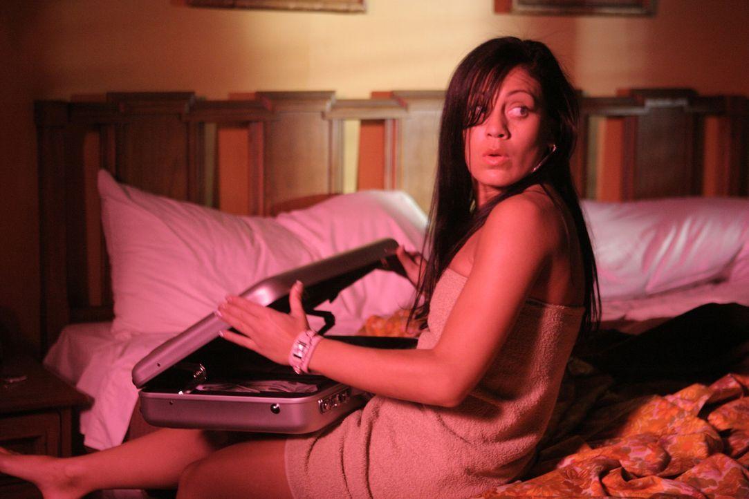 Angela (Jackie Quinones) traut kaum ihren Augen, als sie den gestohlenen Koffer in Händen hält: So viel Geld ... - Bildquelle: Sony Pictures Television International. All Rights Reserved.