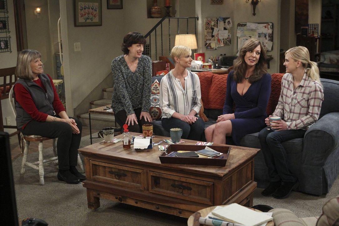 Als Bonnie (Allison Janney, 2.v.r.) von ihrem Date mit Adam nach Hause kommt, warten schon Christy (Anna Faris, r.), Jill (Jaime Pressly, M.), Wendy... - Bildquelle: 2015 Warner Bros. Entertainment, Inc.