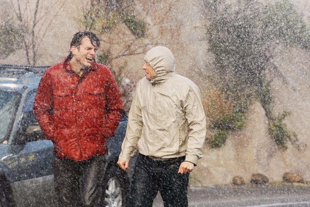 Geraten beim Einkaufen in eine brenzlige Situation: Alan (Jon Cryer, r.) und Walden (Ashton Kutcher, l.) ... - Bildquelle: Warner Brothers Entertainment Inc.