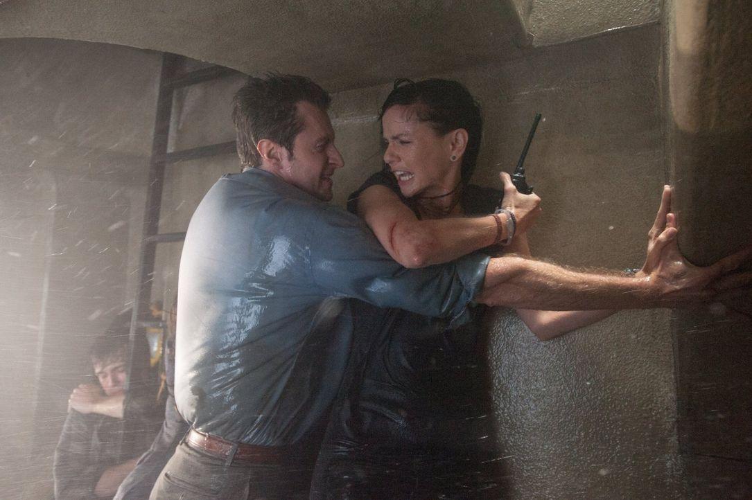 Der monströse Tornado nimmt tödliche Ausmaße an: Können Gary (Richard Armitage, l.) und die Meteorologin Allison (Sarah Wayne Callies, r.) Mutter Na... - Bildquelle: 2014   Warner Bros.