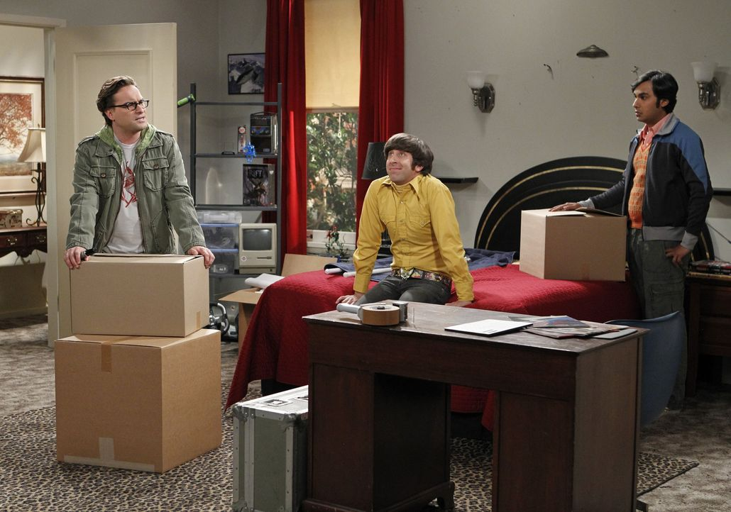 Leonard (Johnny Galecki, l.) und Raj (Kunal Nayyar, r.) unterstützen Howard (Simon Helberg, M.) bei seinem Umzug, während Sheldon ein Problem mit Am... - Bildquelle: Warner Bros. Television