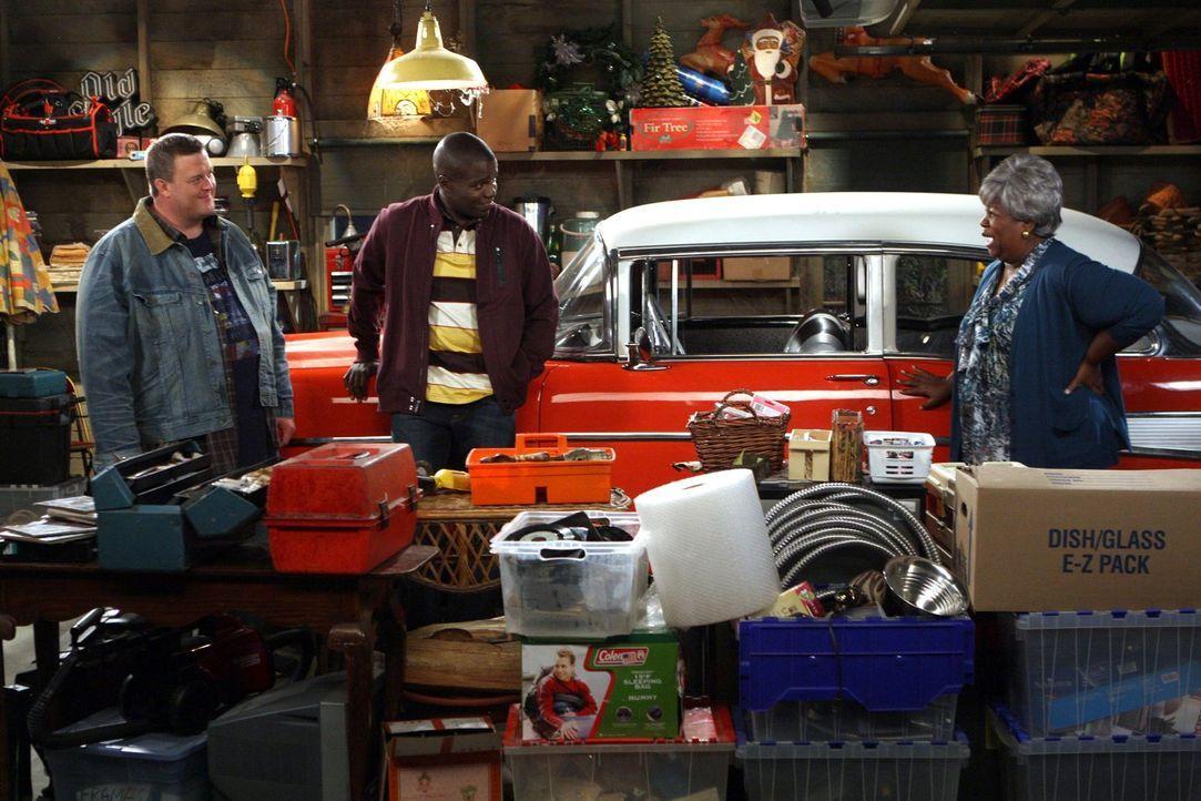 Als Vince in einem 57er Chevrolet Bel Air auftaucht, ist Mike (Billy Gardell, l.) kaum zu bremsen, handelt es sich doch um sein absolutes Traumauto.... - Bildquelle: Warner Brothers