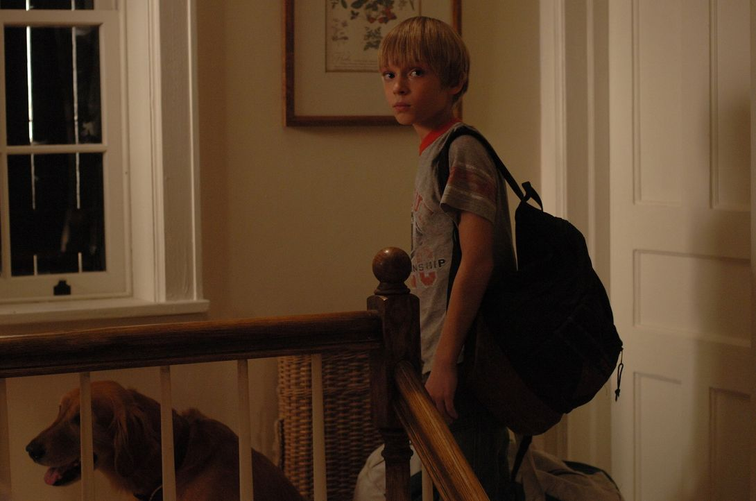 Eigentlich freut sich Georgie (Devon Gearhart) auf den Urlaub im Ferienhaus, aber dann tauchen plötzlich zwei junge Männer auf, die ihm etwas susp... - Bildquelle: 2008 Warner Brothers