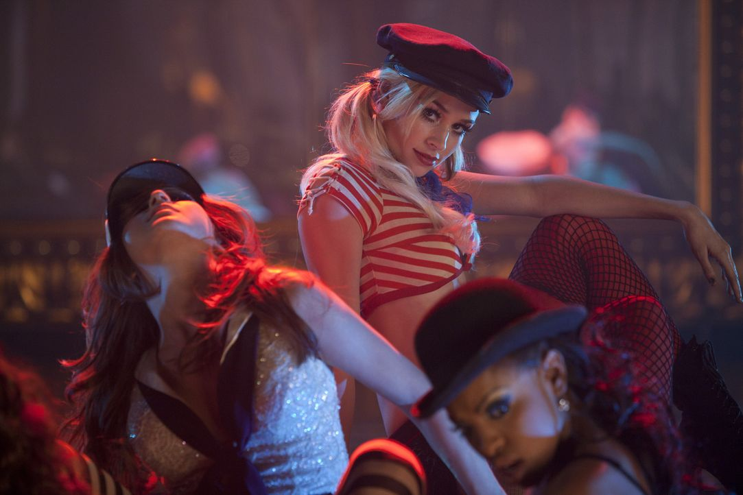 Das Burlesque-Tanzen ist ihr Element: Natalie (Dianna Agron, M.), Coco (Chelsea Traille, r.) und Scarlett (Tanee McCall, l.) ... - Bildquelle: 2010 Screen Gems, Inc. All Rights Reserved.