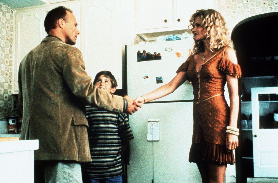 Frank (Michael Patrick Carter, M.) ist davon überzeugt, die richtige Frau für seinen verwitweten Vater (Ed Harris, l.) gefunden zu haben: Er stellt... - Bildquelle: Paramount Pictures