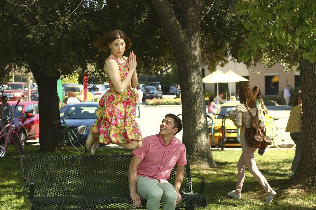 Während sich Frankie, Mike und Brick über eine Glückssträhne freuen, führt Sue (Eden Sher, l.) mit Brad (Brock Ciarlelli, r.) ein besonderes Gespräc... - Bildquelle: Warner Bros.