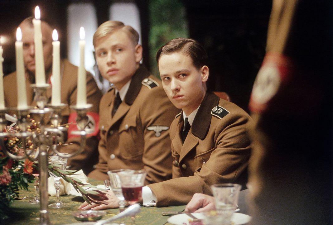 Der Geburtstag des Gauleiters endet für dessen Sohn Albrecht (Tom Schilling, r.) und Friedrich (Max Riemelt, l.) nicht besonders erfreulich ... - Bildquelle: Constantin Film