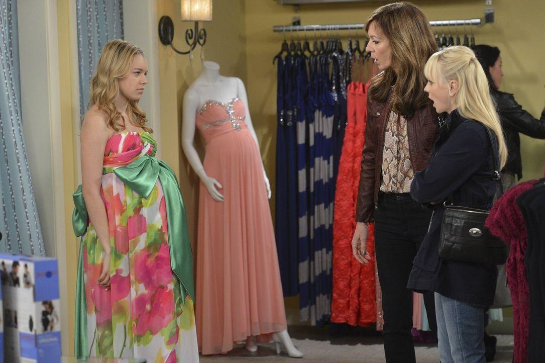 Violet (Sadie Calvano, l.) will nun doch auf den Abschlussball gehen. Doch die Suche nach einem passenden Kleid ist schwieriger als erwartet. Auch B... - Bildquelle: Warner Brothers Entertainment Inc.