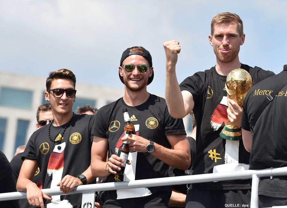 WM-ankunft-nationalmannschaft-berlin-06-140715-dpa - Bildquelle: dpa