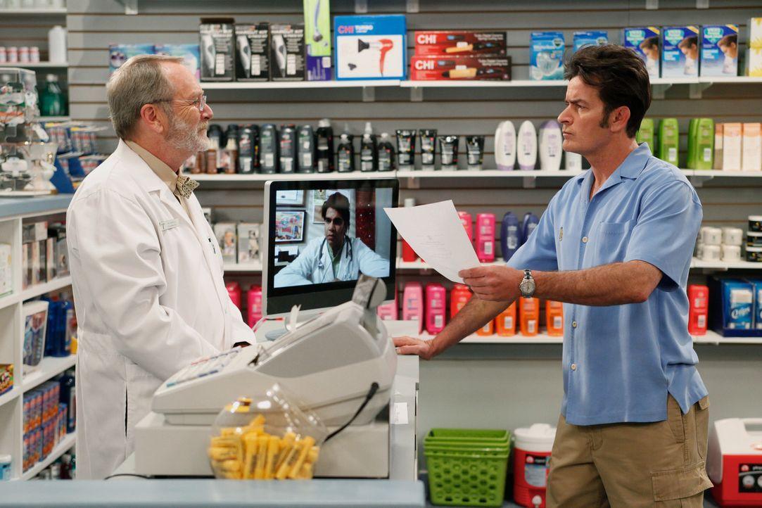 Charlie (Charlie Sheen, r.) leidet unter Schlaflosigkeit und will sich bei seinem Apotheker (Martin Mull, l.) ein Schlafmittel besorgen, bekommt sta... - Bildquelle: Warner Brothers