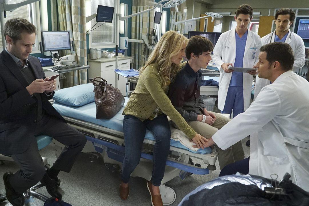Im Krankenhaus kümmern sich Alex (Justin Chambers, vorne r.), Andrew (Giacomo Gianniotti, hinten r.) und Mitchell (Joe Dinicol, hinten l.) um Gary (... - Bildquelle: Richard Cartwright ABC Studios