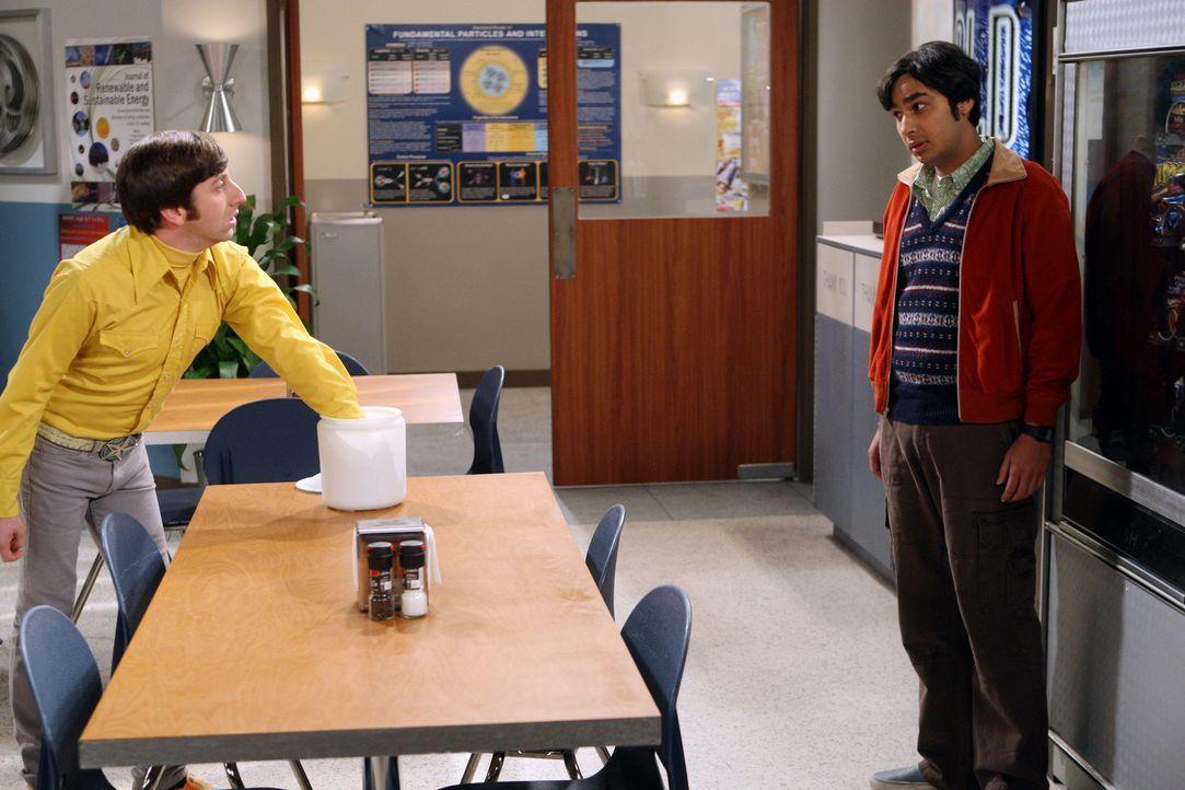 Howard (Simon Helberg, l.) und Raj (Kunal Nayyar, r.) versuchen zu beweisen, wer von ihnen der bessere Superheld wäre ... - Bildquelle: Warner Bros. Television