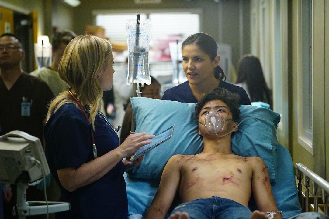 Während sich Arizona (Jessica Capshaw, l.) und Dr. Eliza Minnick (Marika Dominczyk, r.) um die Verletzten kümmern, erfährt Ben mehr Details zu dem E... - Bildquelle: Richard Cartwright 2016 American Broadcasting Companies, Inc. All rights reserved.