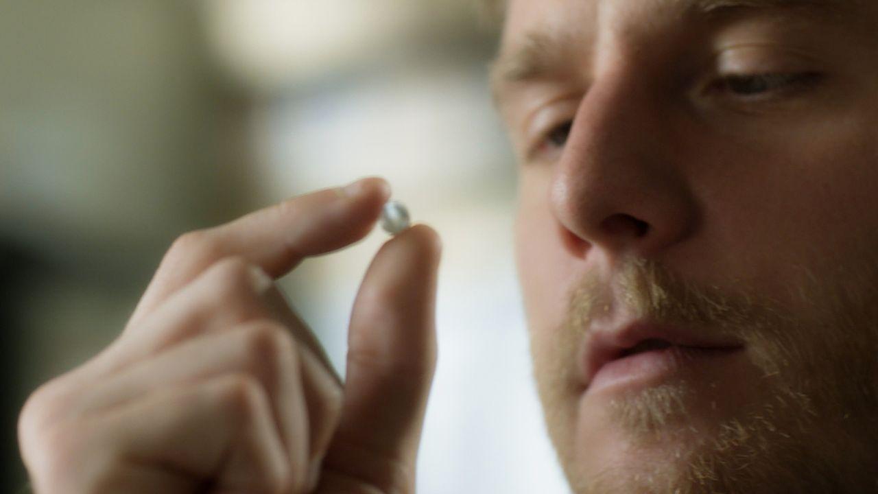 Mit Hilfe seiner Droge versucht Brian (Jake McDorman) herauszufinden, ob Boyles alter Kumpel wirklich seine Frau ermordet hat ... - Bildquelle: 2015 CBS Broadcasting, Inc. All Rights Reserved