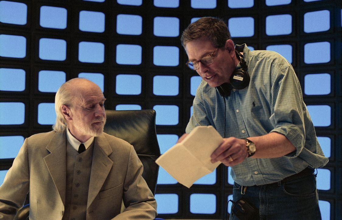 Am Set: Regisseur David Zucker, r. und Darsteller George Carlin, l. ... - Bildquelle: Miramax Films