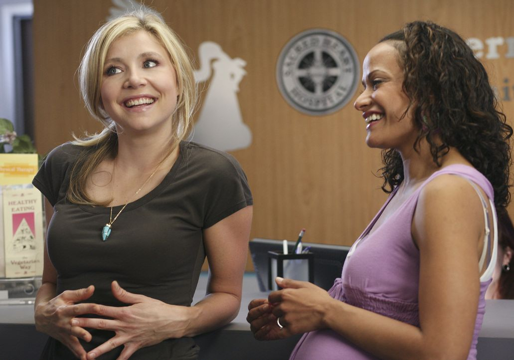 Freuen sich für Kim, die ein neues Jobangebot bekommen hat: Elliott (Sarah Chalke, l.) und Carla (Judy Reyes, r.) ... - Bildquelle: Touchstone Television