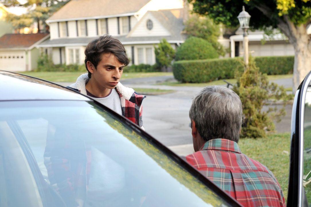 Matt (Moises Arias, l.) wendet sich an Mike (Neil Flynn, r.), weil er dringend mit Sue über deren Liebeserklärung reden will. Mike hat jedoch keine... - Bildquelle: Warner Brothers