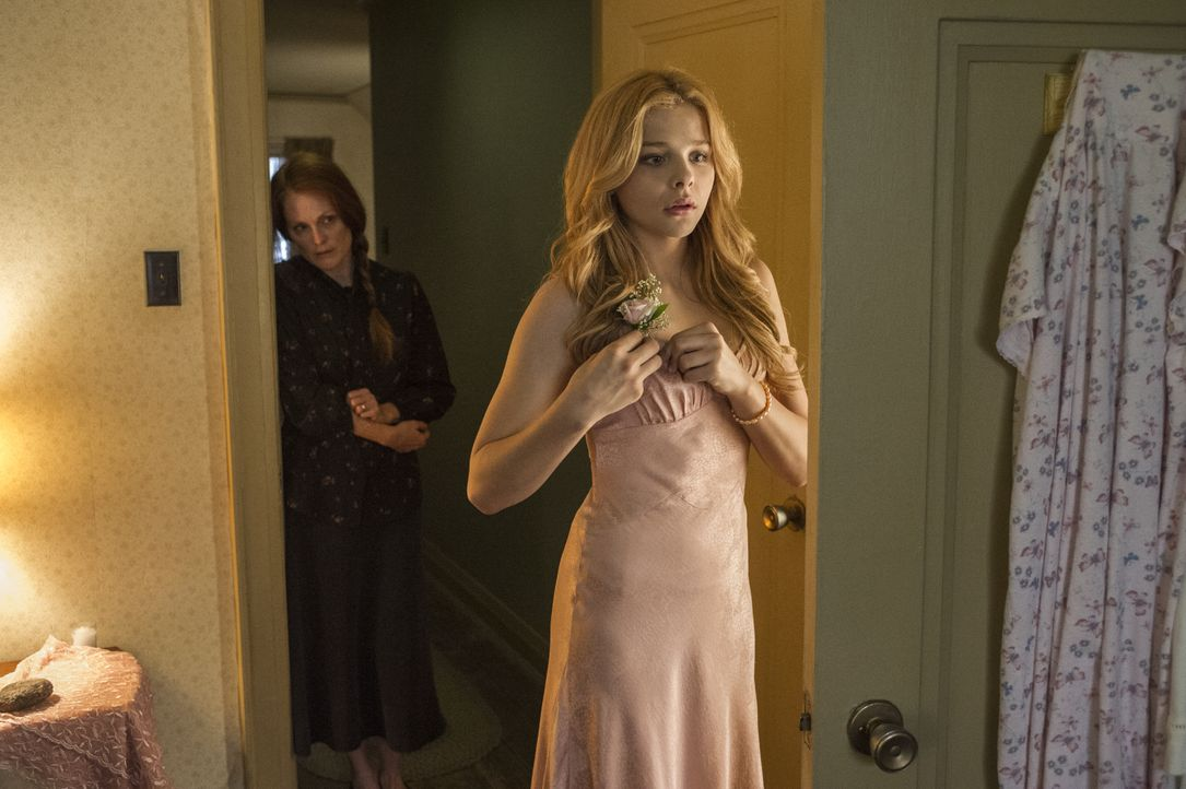 Margaret White (Julianne Moore, l.); Carrie White (Chloë Grace Moretz, r.) - Bildquelle: Michael Gibson 2013 METRO-GOLDWYN-MAYER PICTURES INC. AND SCREEN GEMS, INC. ALL RIGHTS RESERVED. / Michael Gibson