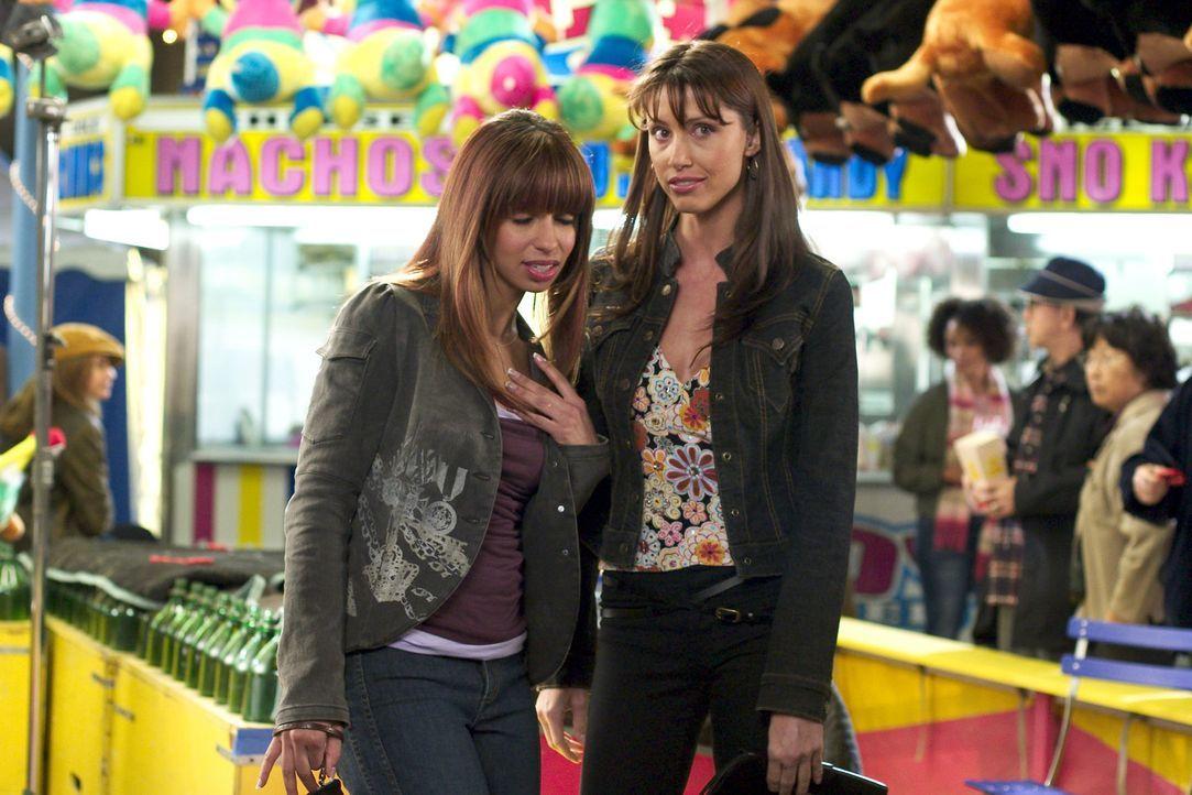 Auf einem Volksfest lassen sich die Partygirls Becky (Shannon Elizabeth, r.) und Jenny (Mya, l.) von einer Wahrsagerin aus der Hand lesen, die ihnen... - Bildquelle: Dimension Films