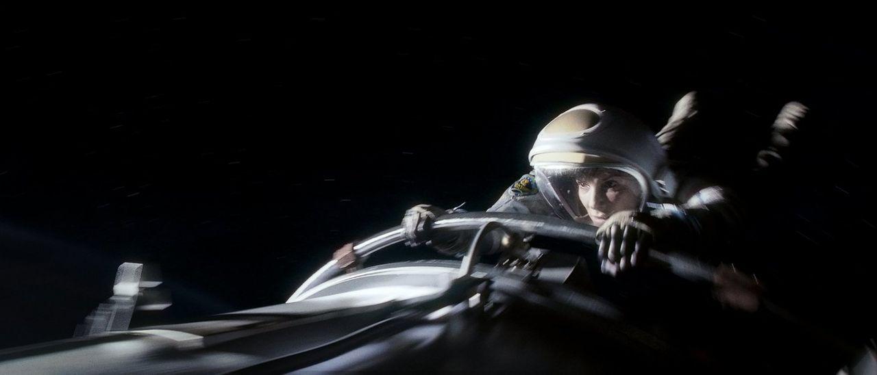 Nachdem ihr Shuttle durch Trümmerteile zerstört wurde, wird Biomedizinerin Ryan (Sandra Bullock) hautnah mit der Weite des Weltalls konfrontiert ... - Bildquelle: Warner Brothers